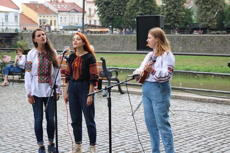 В Ужгороді відбувся арт-майданчик творчого відпочинку «Вільний мікрофон»